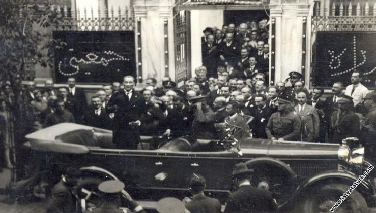 Mustafa Kemal Atatürk'ün Cağaloğlu'ndaki CHP binasını ziyareti, İstanbul. (10.07.1927)
