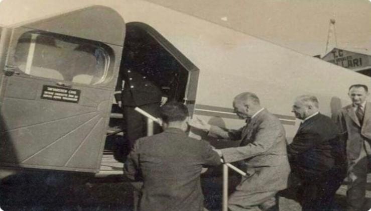 Atatürk Türkiye'nin ürettiği ilk uçağa binerken.