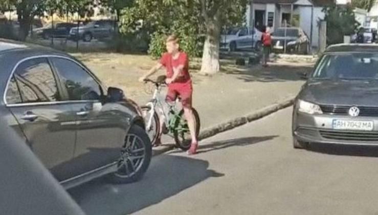 """""""Не кожен так зможе. А порушнику ганьба!"""" - У Києві діти не пустили водія і змусив здати назад (відео)"""