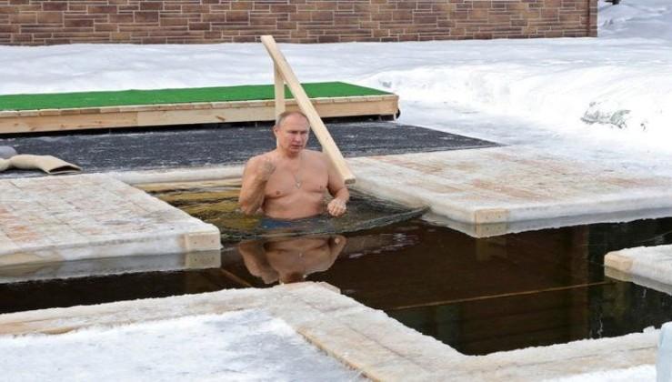 Putin Ortodoks Noel'ini kutlamak için -20 derecede buzlu suya girdi