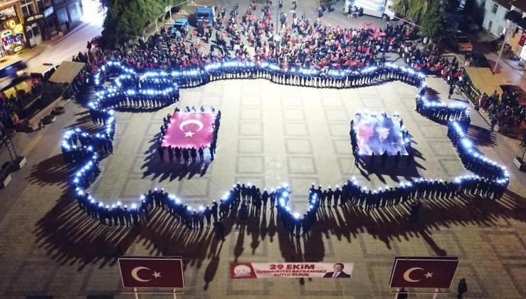 800 öğrenci 1 dakika 20 saniyede Türkiye haritası oluşturdu