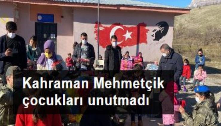 Kahraman Mehmetçik Hakkarili çocukları unutmadı
