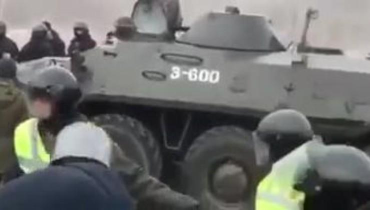 """""""Яка ганьба! Соромно..."""" - Під Полтавою в хід пішла важка військова техніка (відео)"""