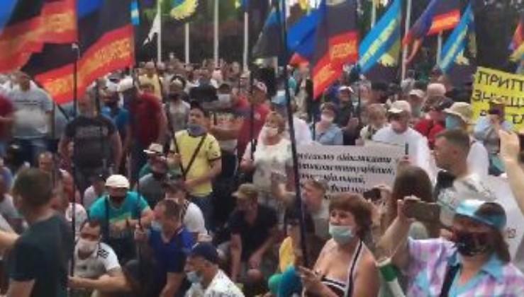 """Під крики """"Вова, виходь!"""", шахтарі під Офісом президента вимагають виплатити їм зарплати! (відео)"""