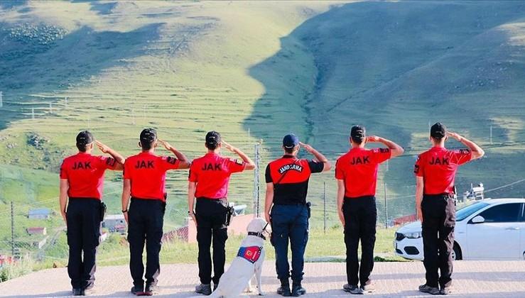 JAK timleri Ardahan Damal'da Atatürk siluetine selam durup bayrak açtı