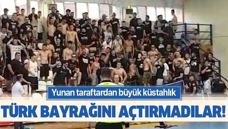 Yunan taraftardan büyük küstahlık! Türk bayrağını açtırmadılar!.