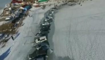 На Росії рибалки припаркували близько 30 автомобілів і самі пішли рибалити! Але щось пішло не так... (відео)
