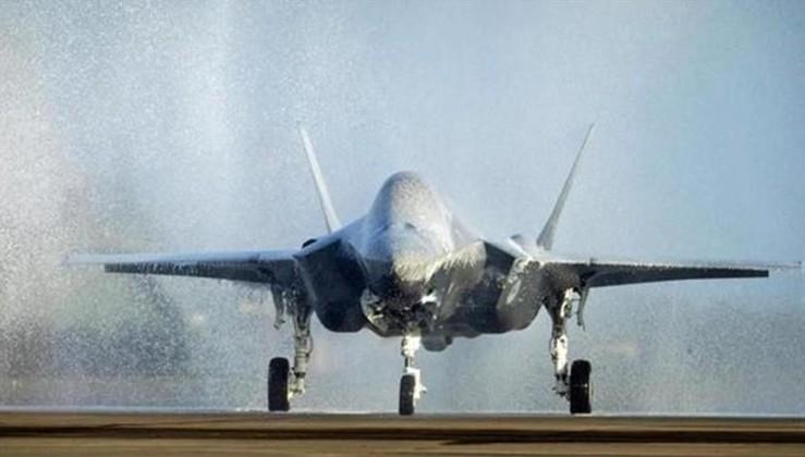 Hollanda F-35'i vaftiz etmeye çalışırken, köpükle kapladı