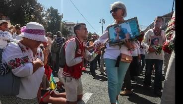 """""""Сльози на очах, у горлі ком..."""" - Потужне фото з Маршу захисників вразило мережу"""