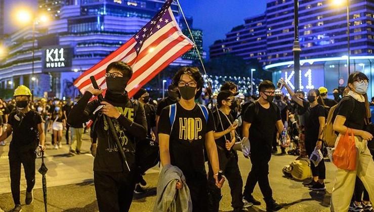 ABD bayraklı vandallar Hong Kong'da temizlik işçisini öldürdü