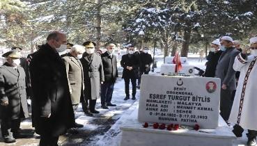 Bakan Soylu Şehit Org. Eşref Bitlis'in mezarını ziyaret etti.