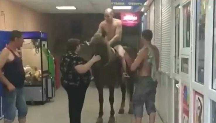 У Києві чоловік у трусєлях, бухий, з кєнтами, на коні заїхав прямо у супермаркет по пивасік (відео)