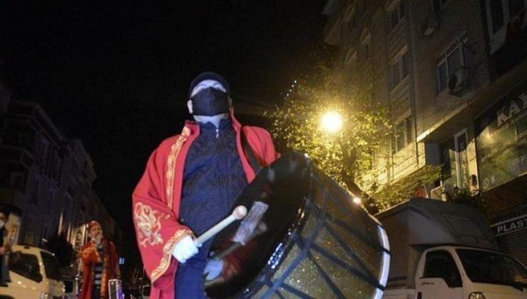 İstanbul'da ramazan davulcuları maske takarak mesaiye başladı