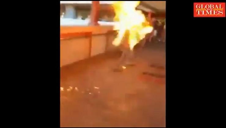 Hong Kong'daki isyancılar kendilerine karşı çıkan bir Hong Kong'luyu canlı canlı yaktı