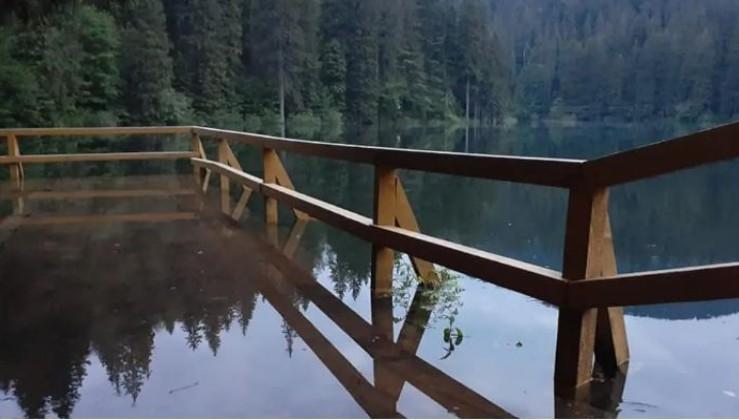 """""""Таким повноводним озеро ви ще не бачили!"""" - На Закарпатті """"затопило"""" Синевир (вражаюче відео)"""