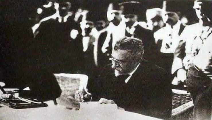 İstanbul mebusu Yusuf Akçura, TBMM adına İstanbul'u İtilaf Devletleri'nden teslim alıyor. 6 Ekim 1923.