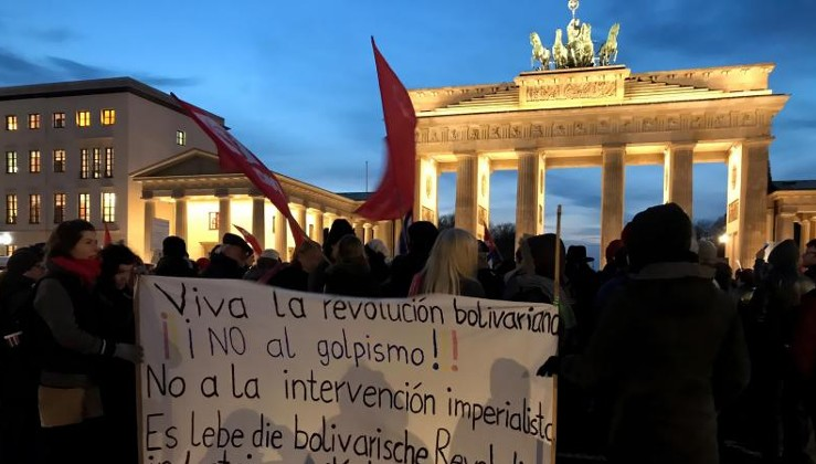 Berlin'de ABD'yi protesto ettiler