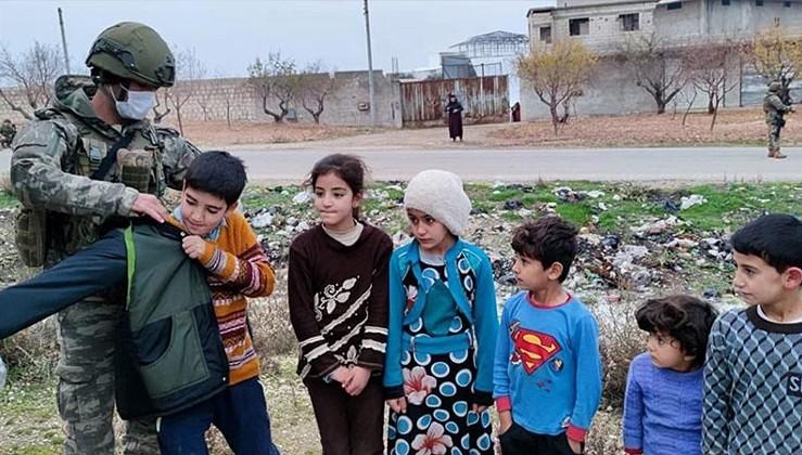 Mehmetçik'ten Bahar Kalkanı bölgesindeki ihtiyaç sahiplerine yardım eli
