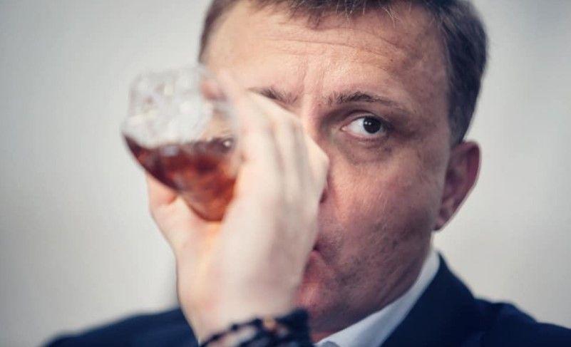 """""""Або уринотерапія, або коньяк..."""" - Льовочкін знову пив у Раді дивну рідину з пляшки з-під негазованої води"""
