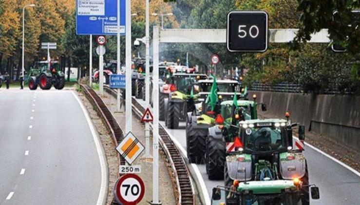 Almanya'da ilginç protesto! Traktörler Merkel'in kapısına dayandı.