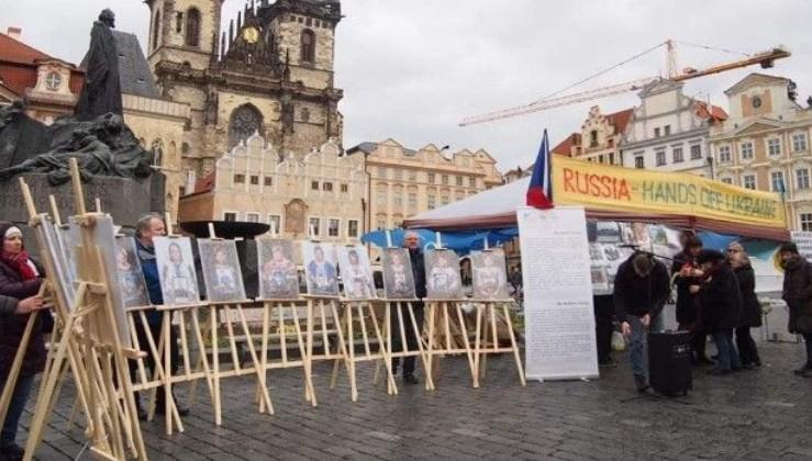 Російське б**ло в Чехії спробували зірвати виставку про жінок, які втратили своїх синів на Донбасі (з'явилося відео)