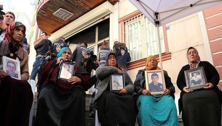"""Avrupa Parlamentosu üyesi Zdechovsky'den """"Diyarbakır anneleri""""ne sürpriz ziyaret."""
