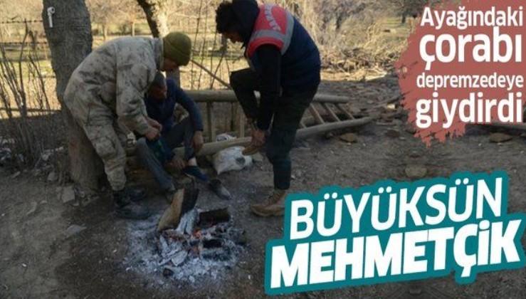 Elazığ'da duygulandıran görüntü! Asker çorabını çıkartıp depremzedeye giydirdi