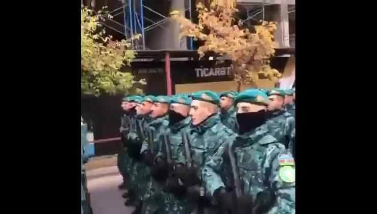 """Azerbaycan askerleri Bakü sokaklarında... """"Herşey vatan içün !"""" Lütfen videonun sonuna dikkat..."""